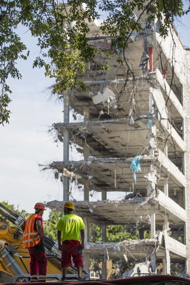 Búracie práce budov Apollo Business Centre, 27. jún 2020.