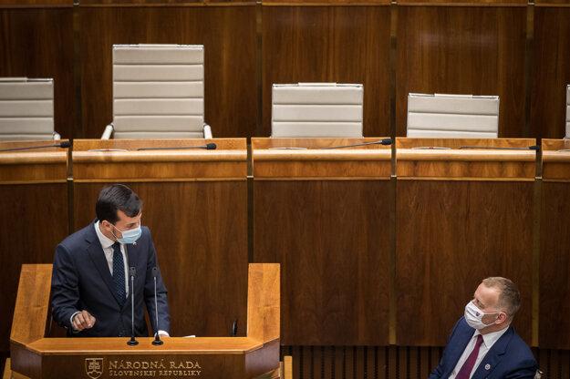 Podpredseda Za ľúdi Juraj Šeliga a šéf Národnej rady Boris Kollár počas rozpravy.