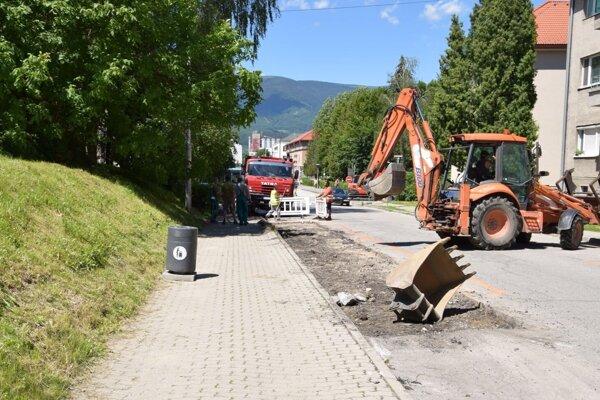 Cesta pri zastávke na Sokolíkovej ulici sa prepadla. Už ju opravujú.