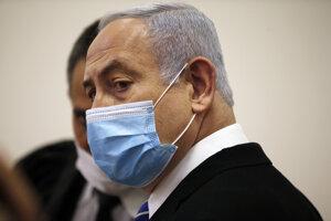 Izraelský remiér Benjamin Netanjahu s ochranným rúškom na súde v Jeruzaleme.