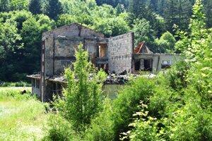 Zhorený hotel v Belušských Slatinách.