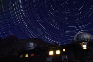 Ilustračná fotografia. Meteor z roja Perzeíd nad observatóriom Astronomického ústavu SAV na Skalnatom plese.