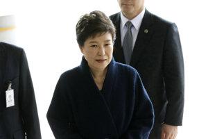 Na snímke z 21. marca 2017 juhokórejská exprezidentka Pak Kun-hje prichádza na prokuratúru v Soule.