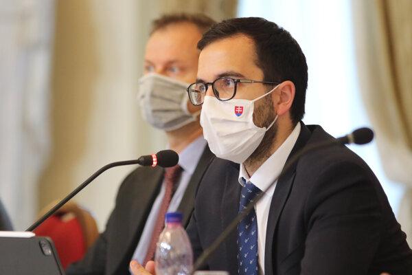 Členovia komisie zľava: Gabriel Šípoš z Transparency International Slovensko, vedúci Úradu vlády SR Július Jakab počas verejného vypočutia kandidátov na členov Rady Úradu pre verejné obstarávanie.