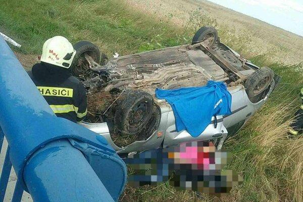 Auto skončilo na streche, jeden pasažier nehodu neprežil.
