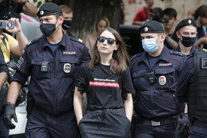Polícia odvádza Taisiyu Bekbulatovú, šéfredaktorku internetového portálu Kholod, počas zhromaždenia na podporu Ivana Safronova v blízkosti väzenia Lefortovo v Moskve.