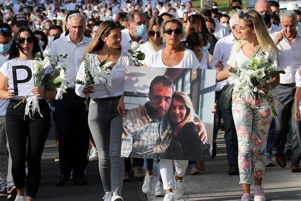 Veronique Monguillotová, manželka zabitého vodiča autobusu, drží fotografiu so svojím manželom Philippom na čele sprievodu v Bayonne.