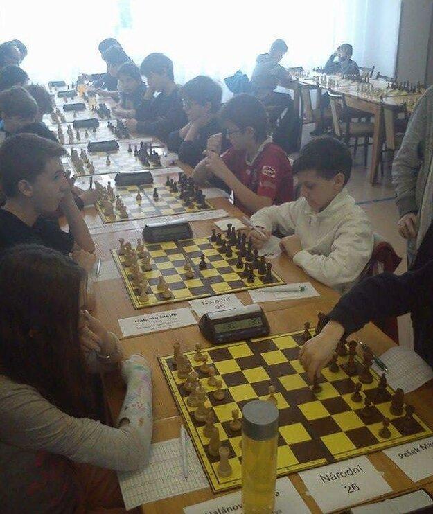 Školák z Lučenca si sadá aj zoči - voči starším súperom.