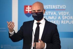 Minister školstva Branislav Gröhling (SaS) počas brífingu k jeho diplomovej práci.