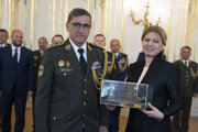 Odchádzajúci veliteľ pozemných síl Ozbrojených síl (OS) SR Jindřich Joch a prezidentka SR Zuzana Čaputová počas slávnostného ceremoniálu k ukončeniu výkonu aktívnej služby generála.