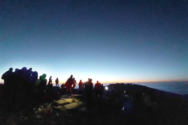 Turistom na Babej hore sa naskytol krásny východ slnka.
