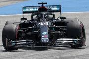 Lewis Hamilton s tímom  Meredes obhajujú oba tituly v seriáli formuly 1.