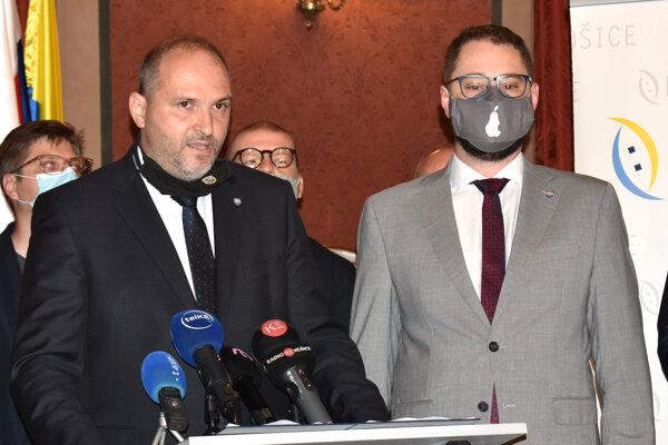 Pri mikrofónoch primátor Košíc Jaroslav Polaček a viceprimátor Marcel Gibóda.