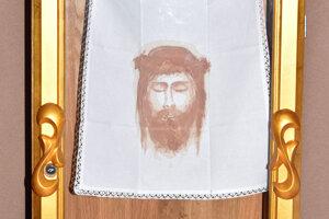 Pôvodná relikvia sa stratila, šikovná sprievodkyňa ju ľuďom priblížila maľbou.