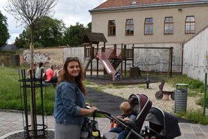 Veronika Kušnírová s deťmi pri ihrisku v centre mesta.