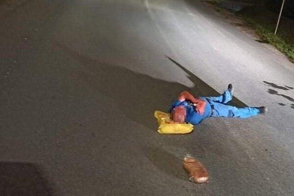Zaspal v strede cesty.