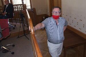 Riaditeľ divadla Jaroslav Dóczy čaká, či mu poslanci umožnia vystúpiť.