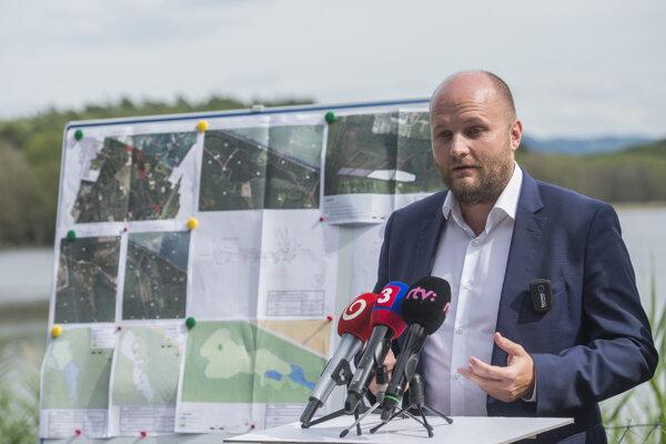 """Minister obrany SR Jaroslav Naď počas brífingu na tému """"Chceme chrániť Malacky pred povodňami."""