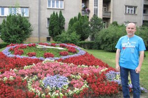 Marian Sedláček pri kvetinových hodinách, ktorým vdýchol život.