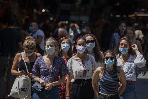 Turisti s rúškami v centre Barcelony.