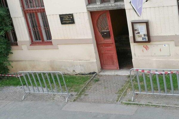Popri historických budovách na Levočskej ulici pribudli zábrany.