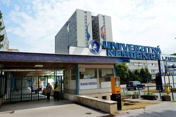 UNLP Košice opäť zakázala návštevy, obáva sa nákazy hospitalizovaných pacientov.