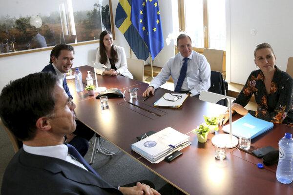 Zľava holandský premiér Mark Rutte, rakúsky kancelár Sebastian Kurz, fínska premiérka Sanna Marinová,švédsky premiér Stefan Löfven a dánska premiérka Mette Frederiksenová v Bruseli.