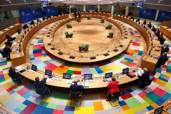 Lídri Európskej únie počas stretnutia za okrúhlym stolom na dvojdňovom summite EÚ v sídle Európskej rady v Bruseli.