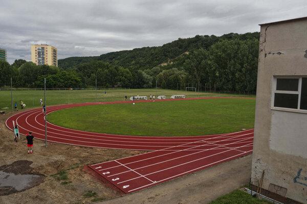 Atletický ovál budú môcť využívať žiaci Základnej školy Družicová od nového školského roka.