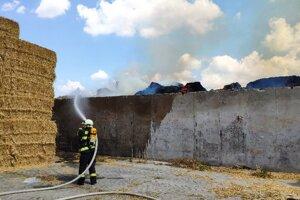 Hasiči likvidovali v Kolárove požiar nákladného auta naloženého slamou