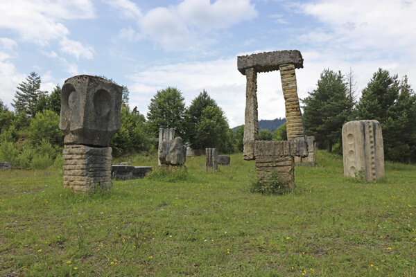 Areál medzinárodného sochárskeho sympózia na Slovensku s galériou travertínových sôch.