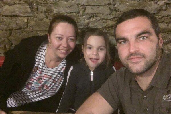 Brankár Marek Gnida (vpravo) s rodinou.