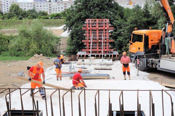 Cyklomost ponad rieku Nitru by mal byť hotový do zimy. Lehota výstavby celého projektu, ktorý realizuje stavebná spoločnosť Swietelsky-Slovakia, je 300 kalendárnych dní, pričom termíny pre ukončenie čiastkových prác nie sú bližšie určené.