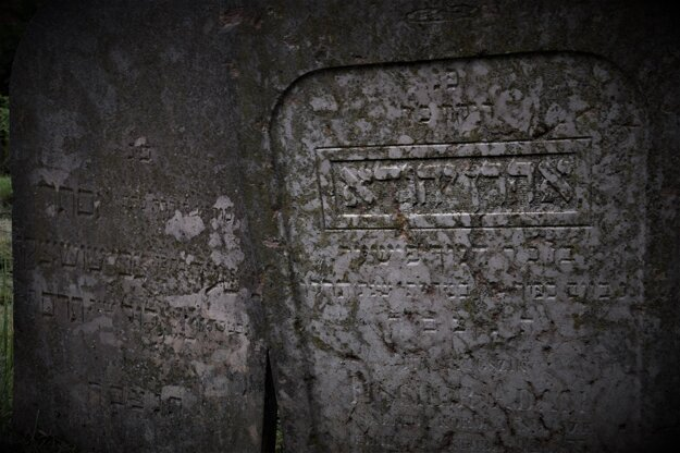 Hebrejské písmo dáva židovským náhrobkom pocit priam magický. Pre mnohých žiaľ aj dráždivý.