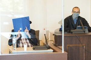 Dey si na súde zakrýval tvár.