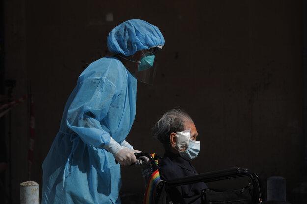 Hongkong  už šiesty deň hlási vyše sto prípadov koronavírusu denne.