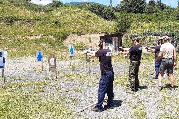 Breznianski mestskí policajti pri výcviku.