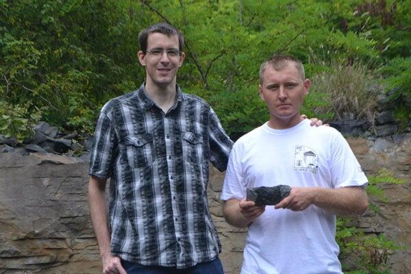 Zľava: Štefan Farsang, doktorand z Cambridgeskej univerzity, rodák z Rimavskej Soboty a amatérsky mineralóg Ladislav Oravec, nálezca doposiaľ najväčšieho modrého zafíru v bazalte, nájdeného na Slovensku.