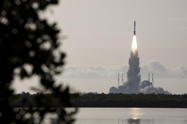 Z Mysu Canaveral v americkom štáte Florida odštartovalo vo štvrtok 30. júla 2020 k planéte Mars robotické vozidlo Perseverance.