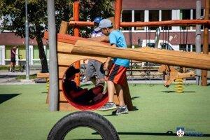 Deti už môžu ihrisko využívať.