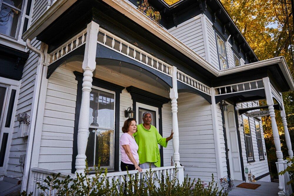Debra Brunová a Eleanor Mireová v dome Mireovej pramatky Mary Vanderzeeovej v meste Coxsackie.