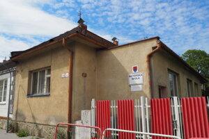 Materskú školu na Hviezdoslavovej ulici plánovali najprv opraviť, neskôr navrhli jej búranie. Novú budovu však nemôžu postaviť kvôli nevysporiadaným pozemkom.