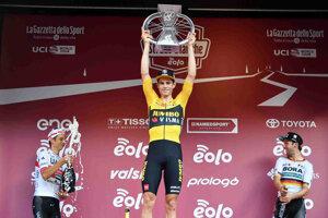Wout van Aert sa teší z víťazstva na Strade Bianche 2020.