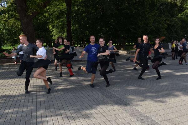 Tréning tanečníkov z FS Chemlon s kaštieľom za chrbtom.