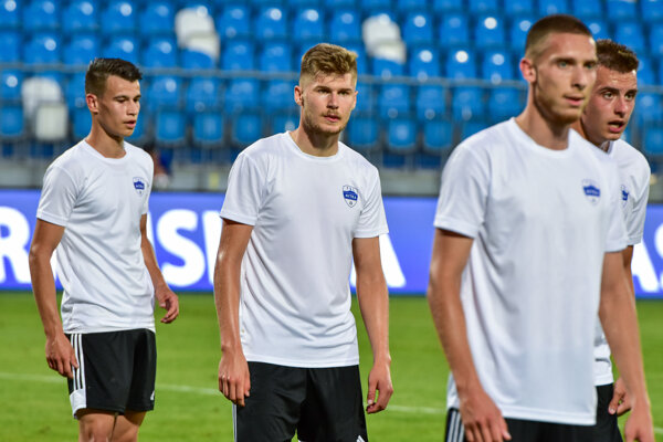 Na skúške v Nitre je i Martin Adamec (prvý zľava), bývalý reprezentant Slovenska do 21 rokov, ktorý hral poľskú Ekstraklasu za Bialystok.