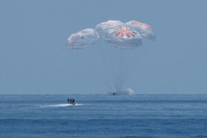 Na snímke pristávací modul kozmickej lode Crew Dragon súkromnej spoločnosti SpaceX úspešne pristál pomocou padákov vo vodách Mexického zálivu pri pobreží štátu Florida v nedeľu 2. augusta 2020.