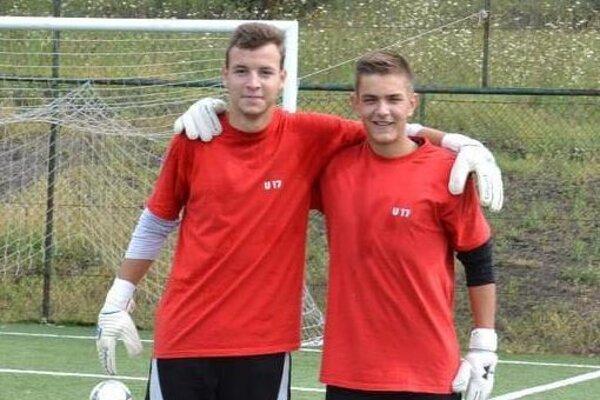 Samuel Szkuban (vpravo) brankár Veľkých Ripnian a Benjamín Száraz brankár DAC Dunajská Streda na fotke z čias pôsobenia v Senici. Obaja boli členmi kádra Senice U17 pri triumfe v československom pohári v roku 2013.