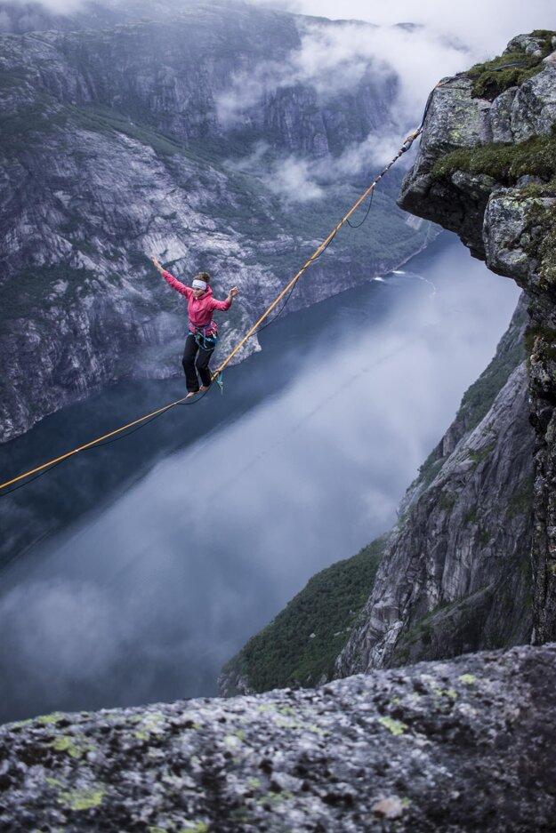 Anna Hanuš Kuchařová pri highlineingu v Nórsku