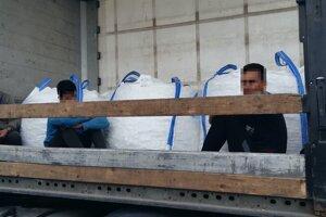Policajti objavili migrantov v Gbelciach.