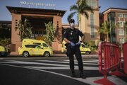 Policajt stojí pred hotelom H10 Costa Adeje Palace v meste La Caleta na ostrove Tenerife.